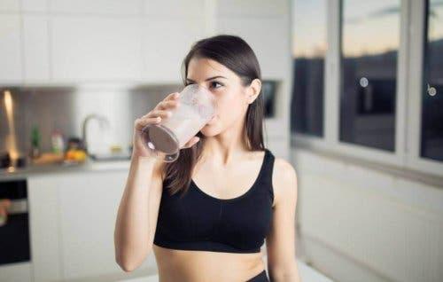 Combattre la rétention d'eau avec des smoothies à carburant liquide